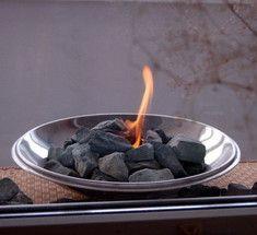 Как своими руками сделать простейший уютный настольный биокамин.Самодельный настольный камин.   Чтобы сделать этот простейший гелевый камин потребуется 5-6 часов времени, цемент, шпатель, 2 пластиковые миски разного диаметра, кулинарный спрей (или обычное растительное масло), наждачная бумага и топливный гель. А результатом станет невероятно уютный биокамин, который можно использовать хоть на собственном балконе
