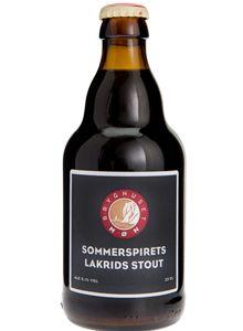 Sommerspirets Lakrids Stout / Opkaldt efter sommerspiret på Møns Klint – den tårnhøje kridtformation, der styrtede i havet i 1988. Som kontrast til det hvide kridt er denne øl sort - dybsort. Men smagen er let, og man aner en tone af chokolade sammen med den ægte lakrids.