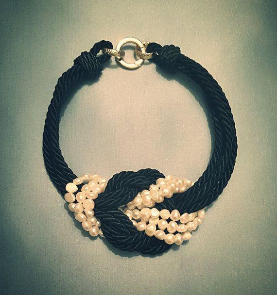 Girocollo in cordone di seta nero con perle di LArteDeiParticolari