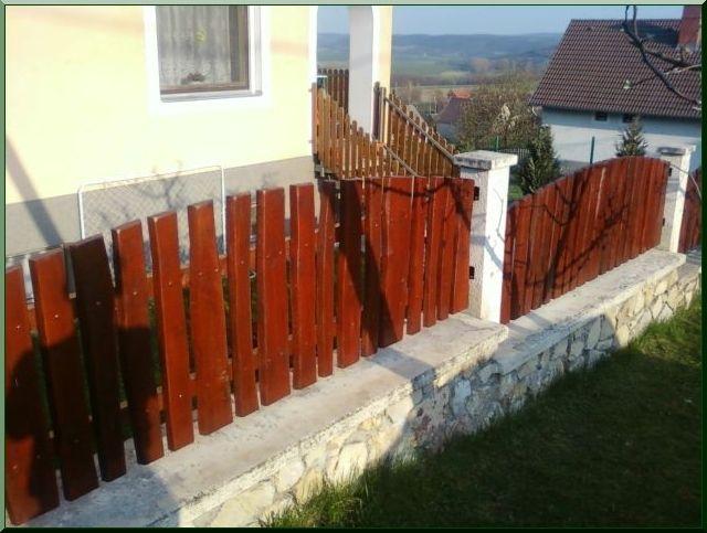 Szélezetlen akác kerítés