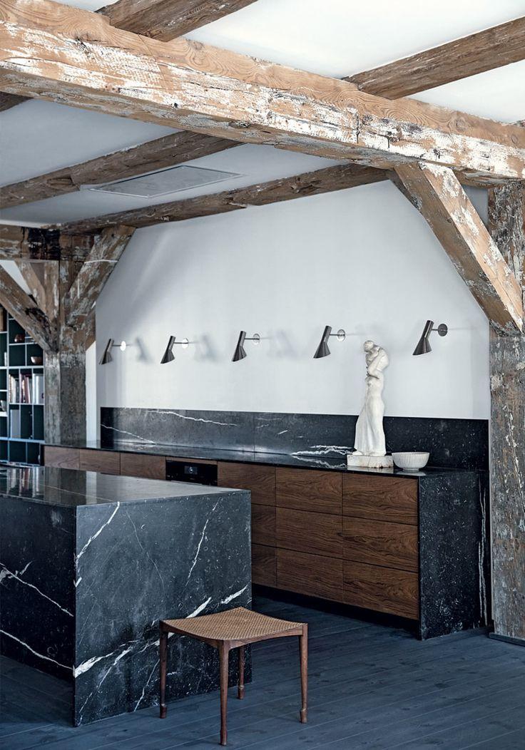 Bombastisk køkken i sort marmor og teaktræ