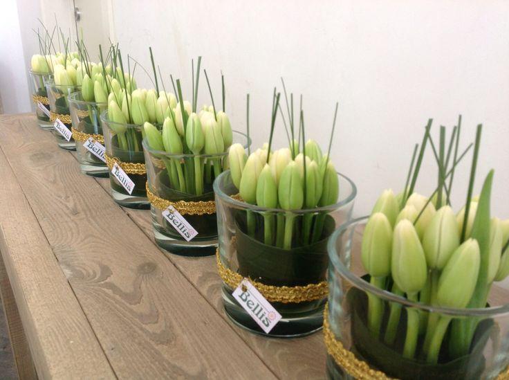 Communietafelstukjes met witte tulpen. (Thema: zwart/goud/wit)