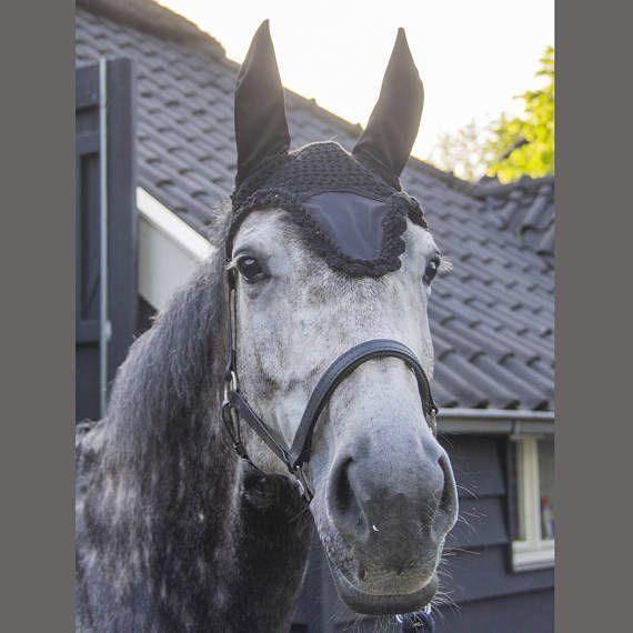 Zwart satijn oornetje vliegenmuts zwart oor netje paard, fly bonnet, flybonnet black, black dressage earbonnet, ear bonnet horse, horse fashion