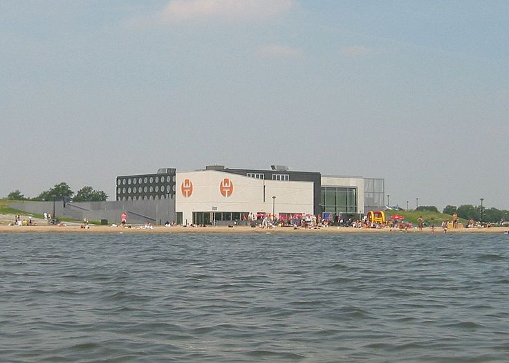 2006: De toen nog in bedrijf zijnde Waerdse (pop)Tempel vanaf het water gezien met vol zonnig strand en zonder betonnen rand tussen fietspad en strand. (Foto: Rob de Ruiter)