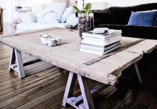 Decoração sustentável: porta velha + cavaletes ou pés de madeira = mesa. Mesa de jantar, mesa de centro, mesa de piquenique... Isso mesmo, em vez de jogar no lixo portas que foram trocadas, vocês podem reaproveitá-las na decoração. O meio ambiente e o bolso agradecem!