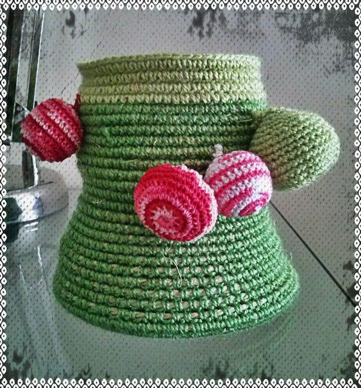 Cesto con cuerda y crochet y motivos decorativos de misma técnica