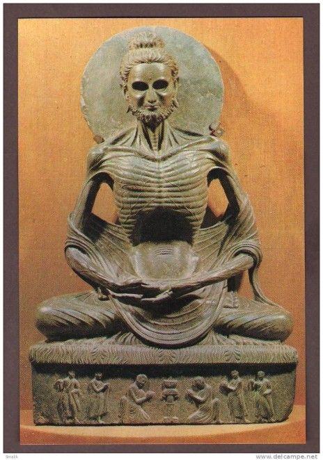 Le Bouddha historique, reconnu comme le principal bouddha par la plupart des traditions, Siddharta Gautama, n'avait rien d'un gros patapouf : ayant vécu au Ve siècle avant Jésus-Christ, plutôt mince et beau, il était un prince indien qui a renoncé à toutes ses richesses pour se lancer en quête du Nirvana. Loin de se goinfrer, il a même connu une période d'ascète extrême, avant de se lancer dans la voie médiane de la méditation.