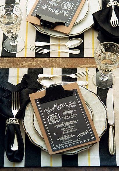 Entrada, prato principal e sobremesa devidamente anotados na prancheta que apresenta o jantar aos convidados.
