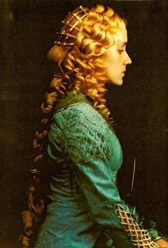 Художники и поэты эпохи Ренессанса наперебой превозносили женскую красоту. Самыми красивыми тогда стали считаться белокурые или светло-русые волосы. Прически той эпохи были сложными, состояли из косичек, локонов и вплетенных в них украшений, однако выполнены с большим вкусом. Кстати, в те времена красивым считался очень высокий лоб, и женщины подбривали волосы у лба, чтобы сделать его повыше! Некоторые, заядлые модницы сбривали даже брови.