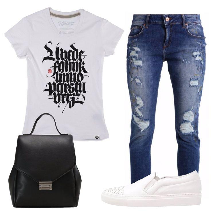 T-shirt bianca in cotone con stampa in contrasto nera, jeans slim fit blu 7/8 con strappi a vita normale, sneakers basse bianche in pelle con borchie, zainetto nero in similpelle con chiusura a gancio.