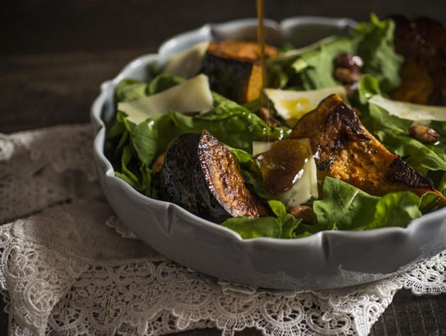 Receita Dedo de Moça: Salada de rúcula com abóbora assada, amêndoas caramelizadas e lascas de parmesão