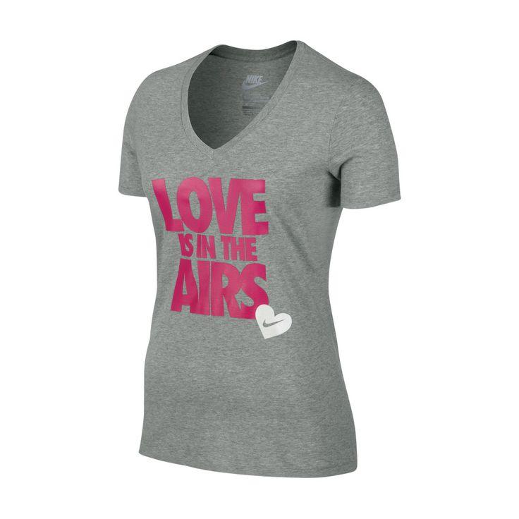 "Tο νέο μοντέλο Nike ""Love Is In The Airs"" γυναικείο T-Shirt δηλώνει την ευεξία και την διάθεση κάθε αθλούμενης κοπέλας."