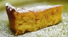 Jødisk mandelkage (Jewish almond and apple cake) recipe in Danish from Claus Meyer