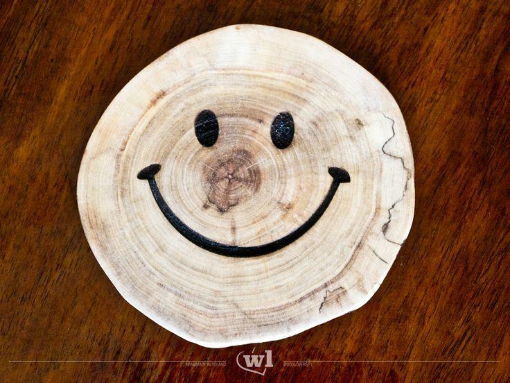 Podkładki, wykonane z drewna, sprawią uśmiech na wielu twarzach :) Idealny pomysł na prezent dla każdego. Znajdź swój ulubiony wzór i ciesz się nim codziennie. Każda podkładka została starannie wyszlifowana i zaolejowana, dzięki czemu nie trzeba się obawiać o problemy przy ich myciu. Napis wykonano techniką graweru laserowego Każda podkładka jest unikatowa – nie ma dwóch takich samych krążków drewna. Wymiary: grubość 1-1,5cm średnica 9-10cm Wykorzystane materiały:drewno klonu lubjesionu…