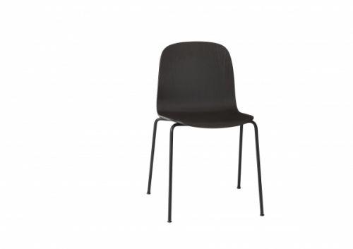 Visu stolen fra Muuto er designet av finske Mika Tolvanen. Ideén bak Visu stolen var å designe en skallstol med en diskret og tidløs natur, uten å være kjedelig, og uten å måtte ofre funksjonalitet og ergonomi.Stolen er tilgjengelig i 2 farger.Stolen passer godt som spisestuestol, kontorstol osv.Materialer:Lakkert finér av ask/eik,Base: Formstøpt trefinérStørrelse:H78 x B53 x D50 cm, sittehøyde 44 cmFarger:Sort og grå. .Leveringstid:Ca 2-3 dager ved ...