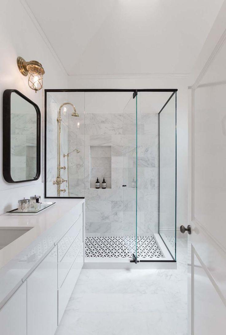 Une des salles de bains de la maison familiale au marbre blanc et design élégant