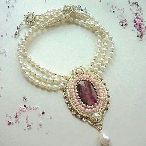 Колье на заказ. А также принимаем заказы на свадебные ожерелья.  Примерно такие как на фото,  с жемчугом и другими натуральными камнями. Цвет Центрального камня  можно поменять, учитывая цвет букета и платья подружек невесты