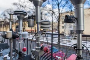 HSY:n laitteisto Helsingin Mäkelänkadulla edustaa huipputeknologiaa ilmanlaadun mittauksessa.