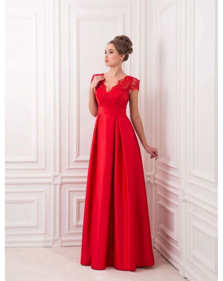 Dlhé večerné šaty so saténocou sukňou. Zvršok z čipky s Večkovým výstrihom na dekolte i na chrbte. Šaty červenej a kráľovsky modrej farby.