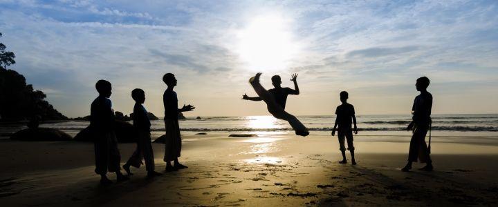 Capoeira, Atlantik'in öte yanındaki Angola'dan zenci köleler aracılığıyla Brezilya'ya getirilmiş olan bu dans, şimdi Brezilya'nın kuzeyindeki liman şehirlerinde yaygın olarak yapılmaktadır. #Maximiles #Capoeira #dans #dansetmek #Brezilya #spor #extreme #extremesports #sporlar #sports #gezirehberi #gezilecekyerler #yapılanetkinlikler #etkinlik