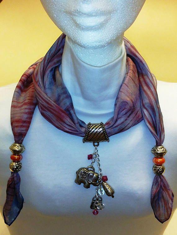 Pañuelo 100% seda ligero (Ponge 5) pintado a mano con colores especiales para seda. Los colores son fijos y permanentes. Los bordes se dobladillan a mano. Bufanda de la joyería está adornada con accesorios metálicos, con cristales de Swarovski y perlas para la suerte, elefante. Este