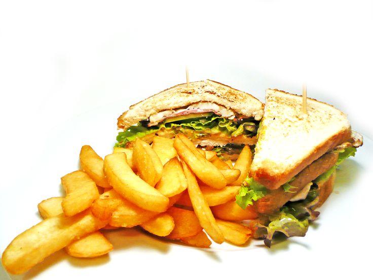 Club sandwich s grilovanými kuřecími prsíčky, slaninou, vejcem a kreolskou omáčkou, steakové hranolky. #ukastanujarov http://www.ukastanu.cz/jarov