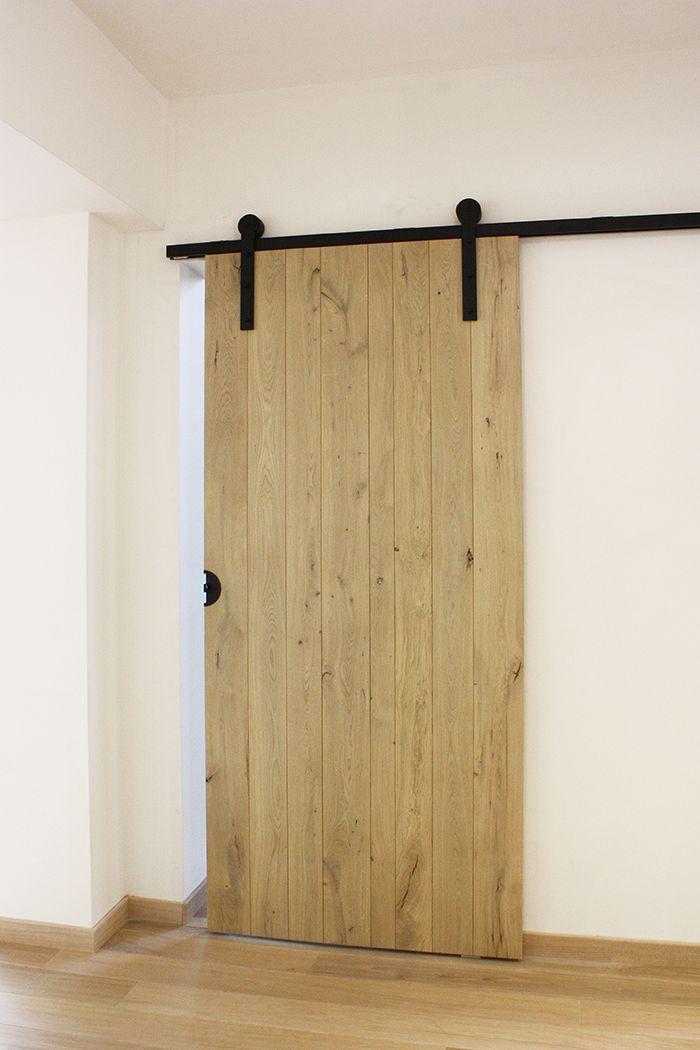 Hangende landelijke deur met beslag in smeedijzer
