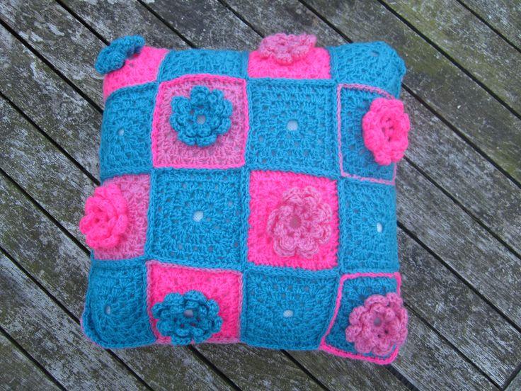 Leuk gehaakt kussentje 40 x 40cm. achterkant effen licht roze gehaakt