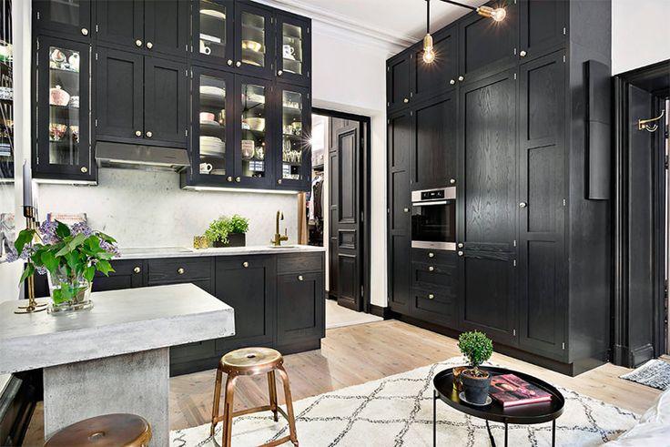 A cozinha americana é aquela que não está delimitada por paredes. Ela é aberta e está inserida em um ambiente maior de forma orgânica, geralmente a sala. I