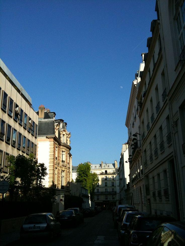 Rue de Chanaleilles en 2012. Au premier plan, à gauche: un côté de l'ambassade de Suède puis l'hôtel de Tocqueville. Au fond, la rue Vaneau.