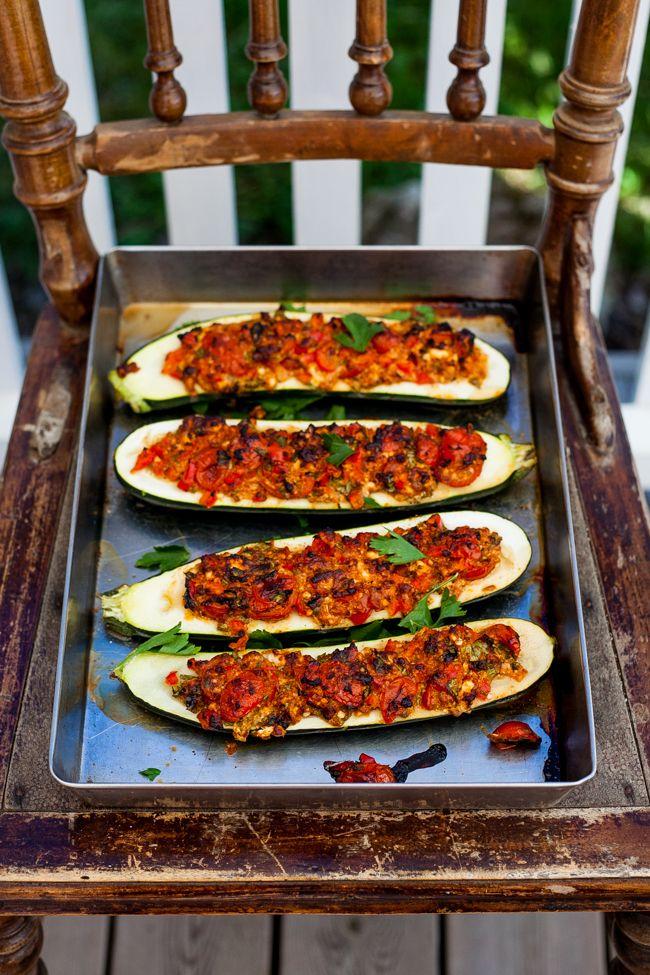 Zucchini i ugn, det är nog min nya favoritmat. Perfekt så här på sommaren då det är enkel mat som klarar sig själv i ugnen, det är lätt och enkel mat som passar perfekt till en stor härlig sallad. Jag