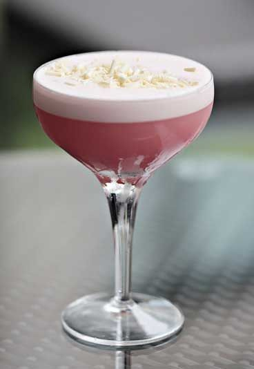Pink Panther  - Wodka-Cocktails - Auch wenn die Kombination erstmal nicht so klingt: Der 'Pink Panther' mit Wodka, Wassermelone und weißer Schokolade ist wirklich super gut! Zutaten: 30ml Wodka 30ml Weiße-Schokolade-Likör...