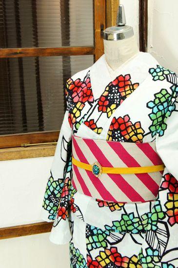 さっぱりとした白の地に、色硝子のような、飴細工のような澄んだ優しい色彩の花びら美しい紫陽花の花が染め出された注染レトロ浴衣です。 #kimono