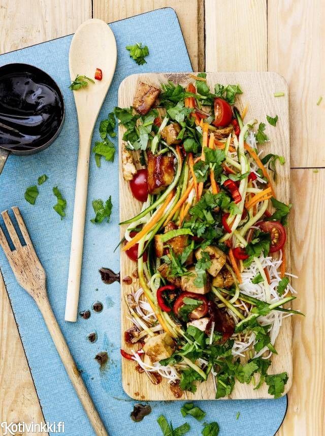 Tofu-nuudelisalaatti | Kotivinkki Text: Pic: #salad #salads #tofu #noodle #tofusalad #noodlesalad