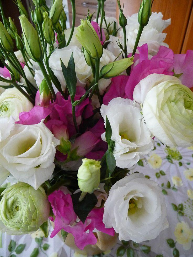 Bouquet printanier de pois de senteur, renoncules et lisianthus http://www.pariscotejardin.fr/2013/04/bouquet-printanier-de-pois-de-senteur-renoncules-et-lisianthus/