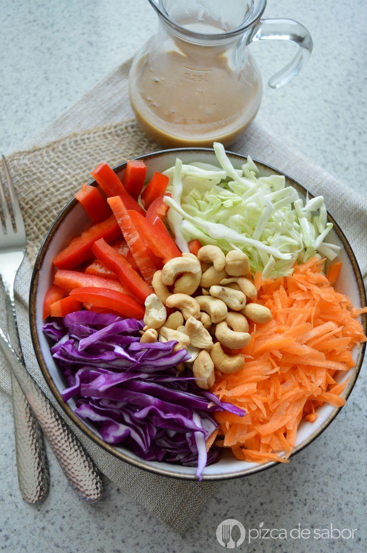 Una mezcla de repollo o col morada, zanahoria, lechuga, pimiento morrón que se sirve con un aderezo cremosito de cacahuate picante, una ensalada llena de color!