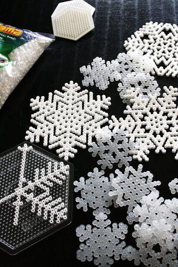 規則的な形を作るにはもってこいのアイロンビーズ!ホワイトのみを使って雪の結晶を。ビーズならではのポコポコ感が、より雪らしい雰囲気をかもし出しています。