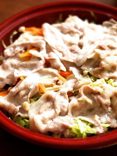 タジン鍋で作る「豚肉とたっぷりキャベツ千切り蒸し鍋」(日本酒で旨みアップ!)