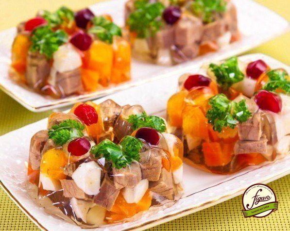 Порционное заливное мясо или язык ИНГРЕДИЕНТЫ - 300 г говядины (вырезки) или говяжьего языка - 20 г желатина - 200 г моркови - 100 г лука - 2 куриных яйца, вареных вкрутую - лавровый лист - перец горошек - соль - зелень - клюква для украшения ПРИГОТОВЛЕНИЕ Положим мясо (или говяжий язык), почищенные морковь и лук в кастрюлю, зальем 0,6 л воды, быстро доведем до кипения, убавим огонь до минимума (чтобы пар всплывал по бульке) и поварим под крышкой 1 час. Если мы взяли не говяжью вырезку, а…