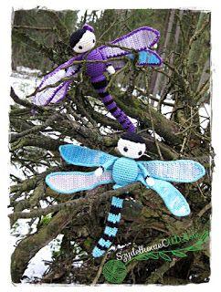 Moja kolejna para bohaterów to owady o smukłych ciałach i zwykle jaskrawych barwach. Charakterystyczne dla nich są niezwykle duże oczy i dwie pary pięknych, długich skrzydeł, dzięki którym potrafią latać szybko i bezgłośnie. Żyją na wszystkich kontynentach poza Antarktydą, a na świecie jest ich około 6000 gatunków. Już wiecie o jakich owadach piszę?