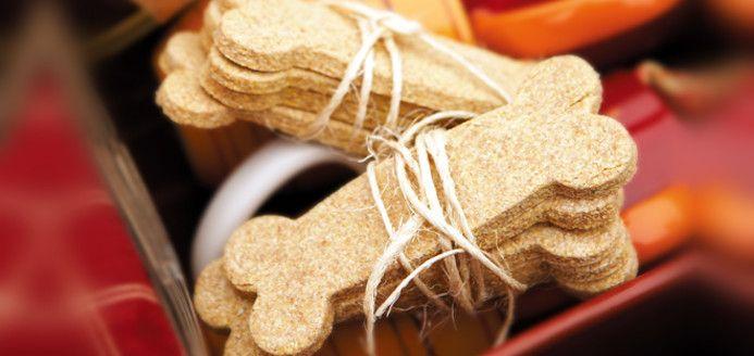 Biscuits pour chiens Temps de préparation: 10 min Cuisson: 20 min Rendement: 24 petits ou 12 gros Ingrédients 250 ml (1 tasse) de farine de blé entier 125 ml (1/2 tasse) de semoule de maïs de grosseur moyenne 1 oeuf 60 ml (1/4 tasse) de bouillon de poulet 30 ml (2 c. à soupe) de beurre d'arachide