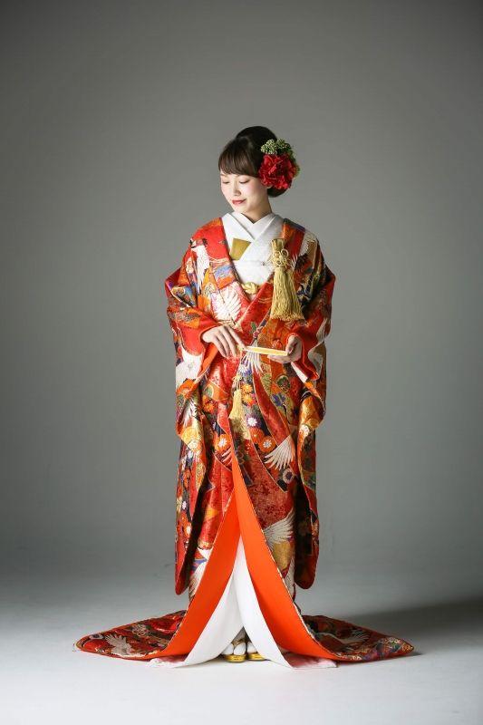 人気の柄行きが使われた赤色の着物です。光沢のある金糸などを使用し、一目でわかる高級感が人気の色打掛。パーティーや披露宴にも大変人気です。 古典柄/きれい 鶴/熨斗をあしらった色打掛 熨斗目鶴 赤 白無垢・色打掛をはじめとした結婚式の花嫁衣装を、格安でレンタルできる結婚式着物レンタル専門店【THE KIMONO SHOP−ザ・キモノショップ】古典的な着物や引振袖・紋付袴など婚礼衣装を幅広く取り揃えております【新宿・東京・大阪・福岡】