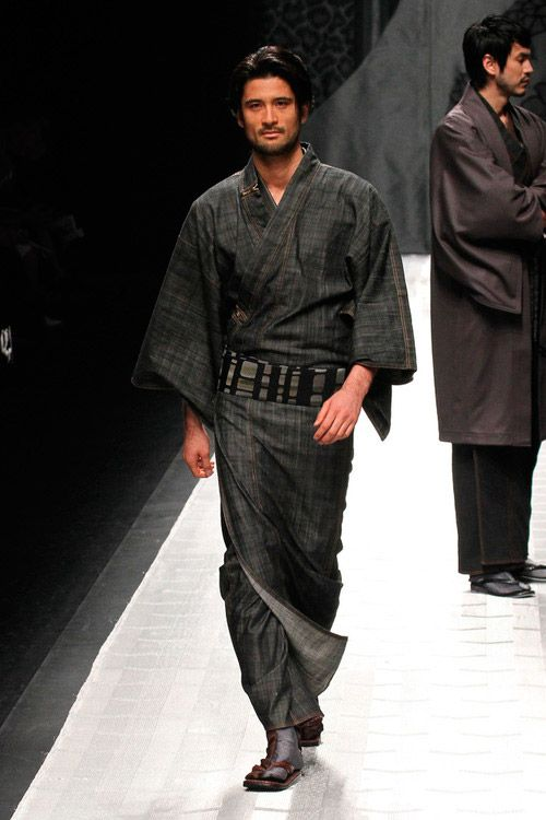 Men's kimono sleeves are attached to the body of the kimono with no more than a few inches unattached at the bottom, unlike the women's style of very deep sleeves mostly unattached from the body of the kimono.