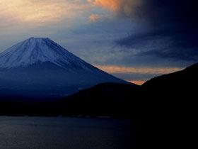 本栖湖からの富士=身延町・富士河口湖町