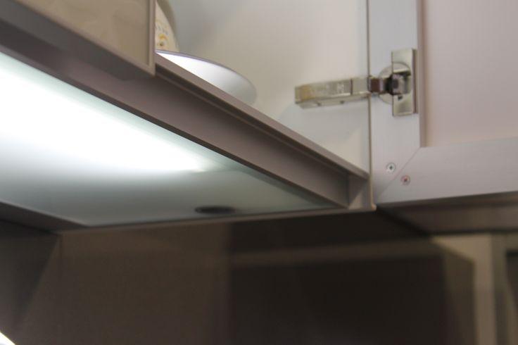 Dat was cool in BCN: de onderste planken vd keukenkastjes waren van dubbelglas met ingebouwd licht. Licht in je kast én op je werkblad.