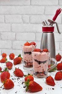Usa ese sifón que tienes guardado para preparar esta espuma de fresas, con menta y chocolate, del blog DVICIO BARCELONA.
