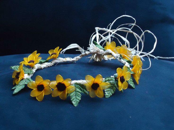 Coroncina in raffia fatta a mano con girasoli in filanca setata per cerimonie e occorrenze speciali