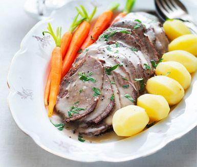 Underbar husmanskost - klassisk slottsstek av nötkött. Du gör slottssteken av fransyska eller innanlår, lök, ansjovisfiléer, sirap och grädde. Servera härligheten med kokt potatis, grönsaker och gélé.