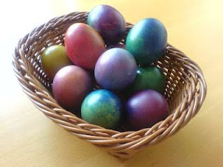 Tissue paper eggs.: Paper Dyed, Paper Easter, Boiled Eggs, Easter Spr, Easter Passov, Easter Eggs, Dyes Easter, Dyed Eggs, Paper Eggs