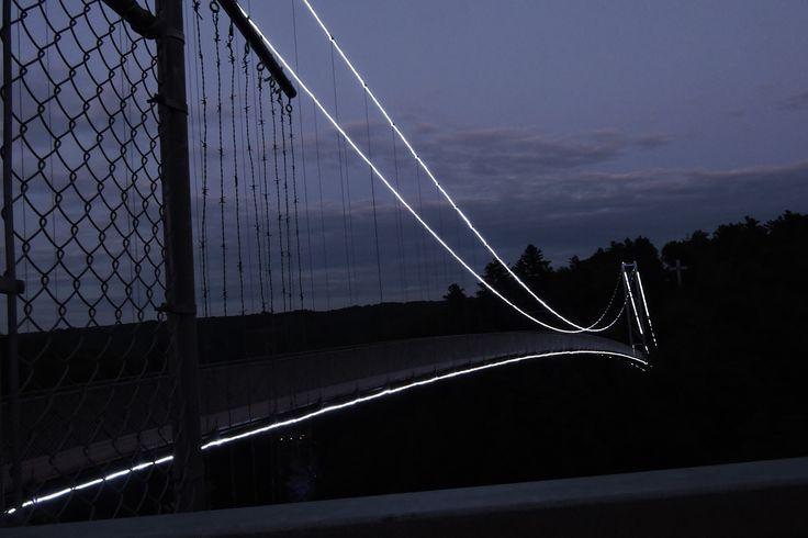 A ponte sobre a Gorge pode ser atravessada de noite durante a Foresta Lumina, um maravilhoso parcour noturno que acontece nos meses de julho e agosto.Adoro!